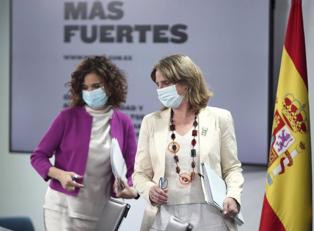 La ministra portavoz y de Hacienda, María Jesús Montero (i), y la vicepresidenta para la Transición Ecológica y el Reto Demográfico, Teresa Ribera (d), a su llegada a la comparecencia en rueda de prensa posterior al primer Consejo de Ministros.