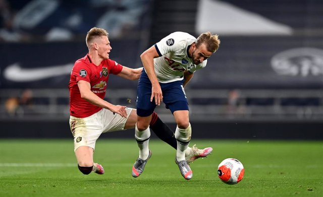 19 June 2020, England, London: Tottenham Hotspur's Harry Kane (R) and Manchester United's Scott McTominay battle for the ball during the English Premier League soccer match between Tottenham Hotspur and Manchester United at the Tottenham Hotspur Stadium.