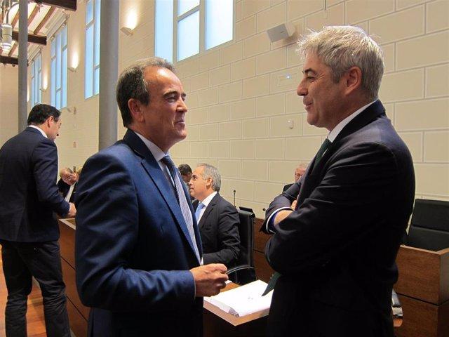 El presidente de la DPZ, Juan Antonio Sánchez Quero, y el portavoz del PP, Francisco Artajona, hablan antes del pleno de la institución provincial.