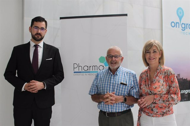Los investigadores y catedráticos de Fisiología de la Universidad de Granada (UGR), Germaine Escames y Darío Acuña. Y Ramón García, Director General de Pharmamel