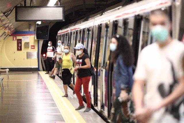 Pasajeros con mascarilla en la estación de Metro de San Bernardo, en Madrid (España), a 22 de junio de 2020.