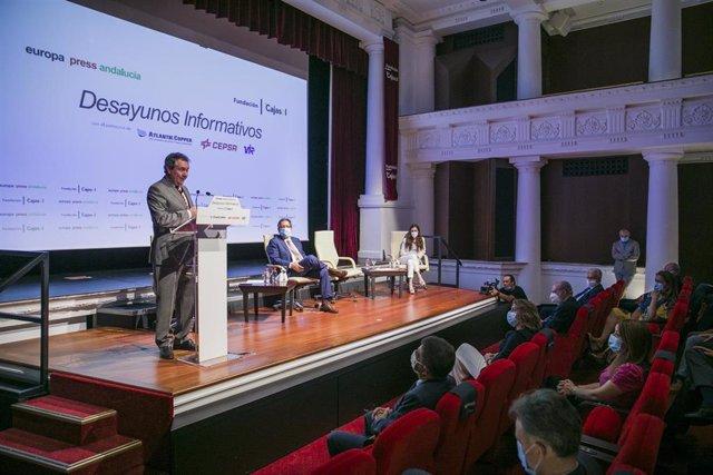 El alcalde de Sevilla, Juan Espadas (i), interviene en los desayunos informativos de Europa Press Andalucía, con el patrocinio de Fundación Cajasol, Atlantic Copper, Cepsa y Laboratorios Vir