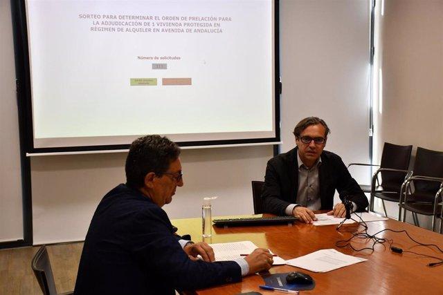 El acto de sorteo, presidido por el notario Rafael Díaz Escudero, en presencia del director gerente de Emvisesa, Felipe Castro,