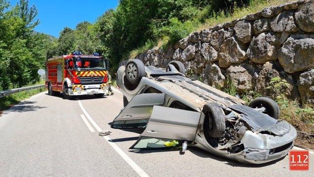 Vehículo volcado en Pesaguero