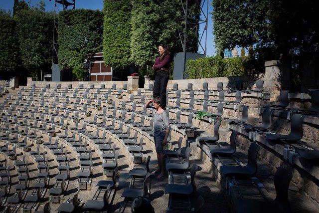 Els actors, Camille Decourtye i Mateu Trias, posen davant la càmera en el recinte on es presenta ?A tocar!?, l'espectacle inaugural del festival grec, a càrrec de la companyia Baró d?evel, a Barcelona, Catalunya (Espanya), a 23 de juny de 2020.