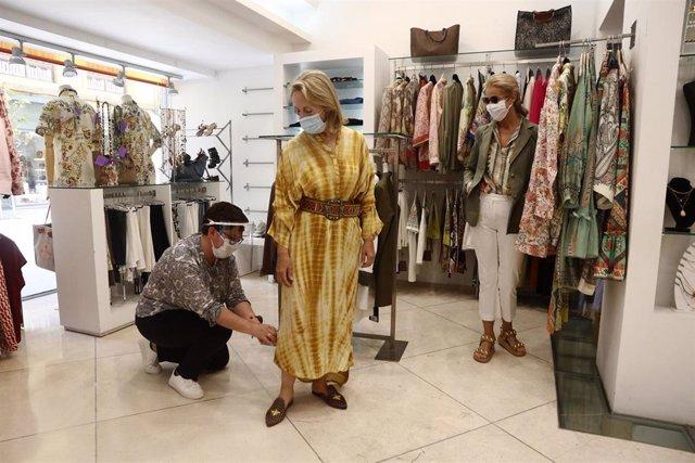 Una dependienta de un comercio de ropa atiende a una clienta durante la Fase 1 en Málaga Málaga a 18 de mayo del 2020