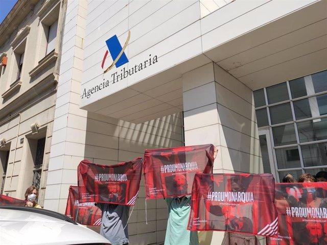Protesta a las puertas de la delegación de la Agencia Tributaria de Sabadell