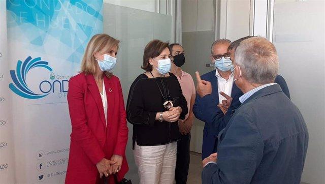 La delegada del Gobierno en Andalucía, Sandra García, junto a la subdelegada del Gobierno en Huelva, Manuela Parralo.