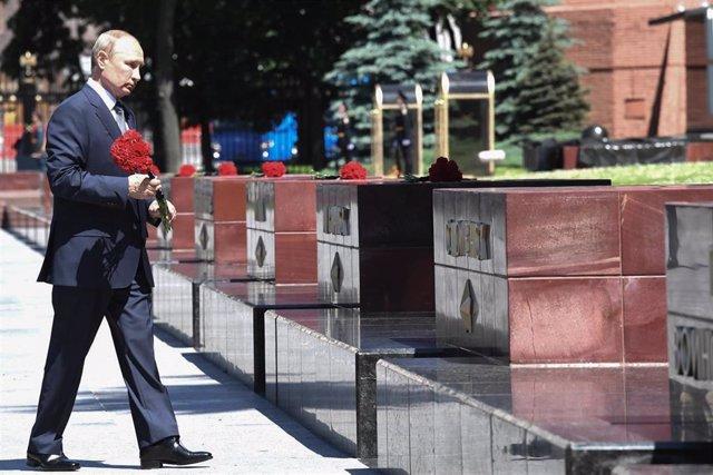 El presidente ruso, Vladimir Putin, coloca flores en la Tumba del Soldado Desconocido en Moscú
