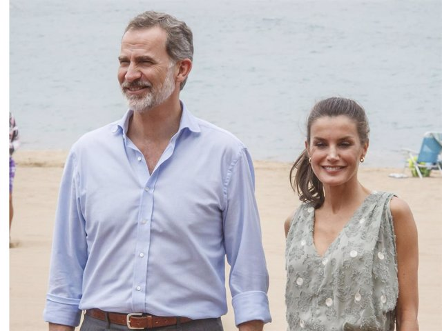 Los Reyes don Felipe y doña Letizia durante su paseo por Las Canteras
