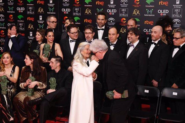 El director Pedro Almodovar besa en la mano  Benedicta Sánchez  mejor actriz revelación antes del posado de los premiados en la la XXXIV edición de los Premios Goya, en Málaga (Andalucía, España), a 25 de enero de 2020.