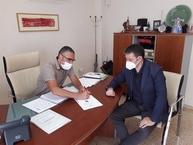 Firma del acuerdo entre el Ayuntamiento de Monserrat y Global Omnium