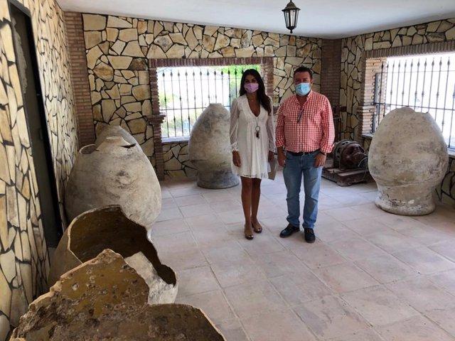 La delegada de Turismo en Jimena de Líbar junto al alcalde