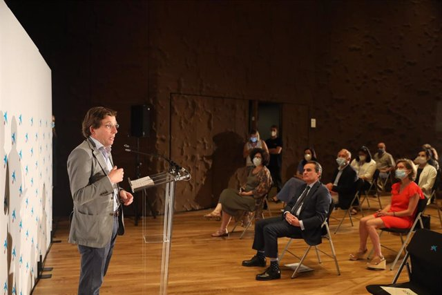 El alcalde de Madrid, José Luis Martínez-Almeida, interviene durante el acto en el Auditorio de Caixaforum en homenaje a los Comedores con Alma