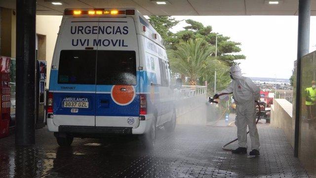 Desinfección de una ambulancia en el Ára de Urgencias del Hospital Torrecárdenas (Almería)