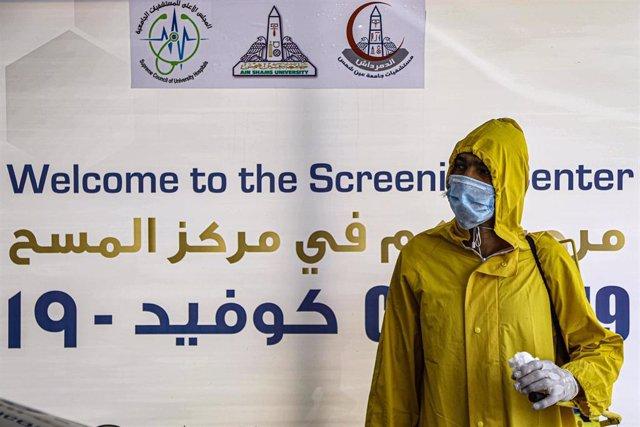 Un trabajador sanitario de Egipto durante la pandemia de coronavirus