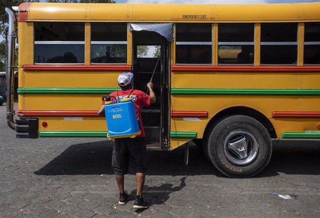 Desinfección de un autobús en Managua