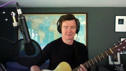 VÍDEO: Rick Astley nos levanta el ánimo versionando 'Everlong' de Foo Fighters