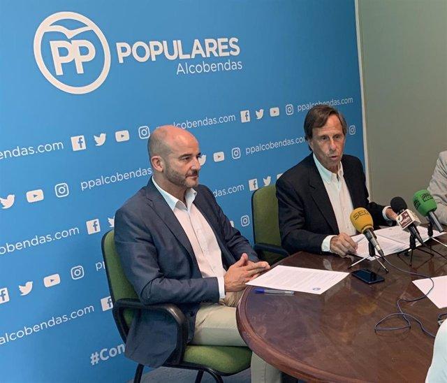 El hasta ahora presidente del PP de Alcobendas, Ignacio García de Vinuesa, y el secretario general del partido en el municipio,  Ramón Cubián.