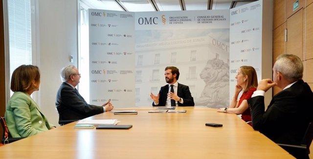 El líder del PP, Pablo Casado, se reúne con  responsables de la Organización Médica Colegial de España (OMC), acompañado de Ana Pastor y Cuca Gamarra. En Madrid, a 23 de junio de 2020.
