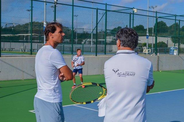 Tenis.- Rafa Nadal visita los entrenamientos de los jugadores de su Academia en
