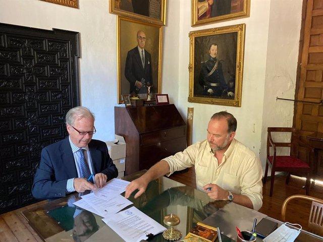 Firma del convenio entre Fundación Caja Rural del Sur y la Hermandad de la Santa Caridad