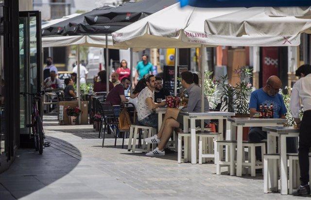 Terrazas de bar durante el primer día de inicio de la Fase 3 de la desescalada, cuando los bares y restaurantes tienen permitido el consumo en barra, y el aforo del 50% en interior y el 75% en terraza. En Sevilla, (Andalucía, España), a 08 de junio de 202