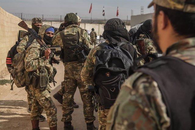 Rebeldes del Ejército Nacional Sirio, apoyado por Turquía, se preparan para participar en una ofensiva de Ankara en el noreste de Siria