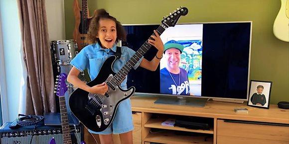 7. Tom Morello regala una guitarra muy especial a la niña que nos deslumbró versionando a Rage Against the Machine