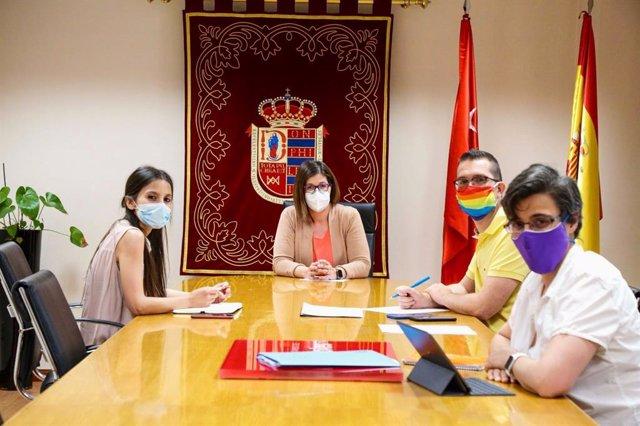 La alcaldesa de Móstoles, Noelia Posse, durante una reunión de trabajo.