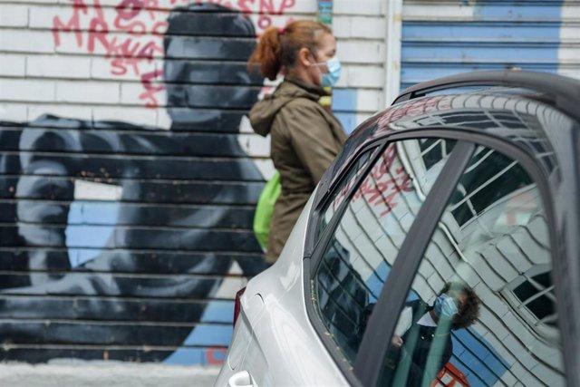 Vecinos realizan una cola para recoger bolsas de la Asociación de Vecinos Parque Aluche . En Aluche, Madrid, (España), a 16 de mayo de 2020.