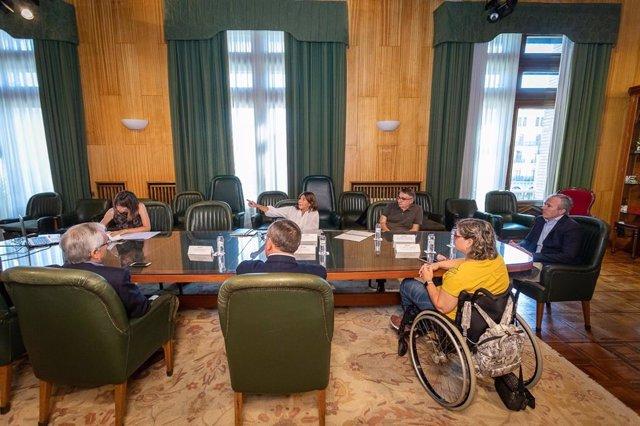 El alcalde de Zaragoza, Jorge Azcón, presenta la línea de ayudas a la accesibilidad en edificios y viviendas a CERMI-Aragón