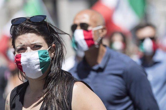 Una mujer con una mascarilla de la bandera de Italia