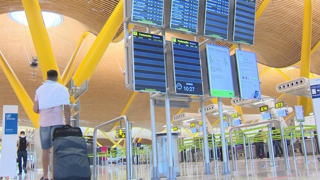 Primer día laborable en el aeropuerto Adolfo Suárez Madrid-Barajas tras la finalización del estado de alarma
