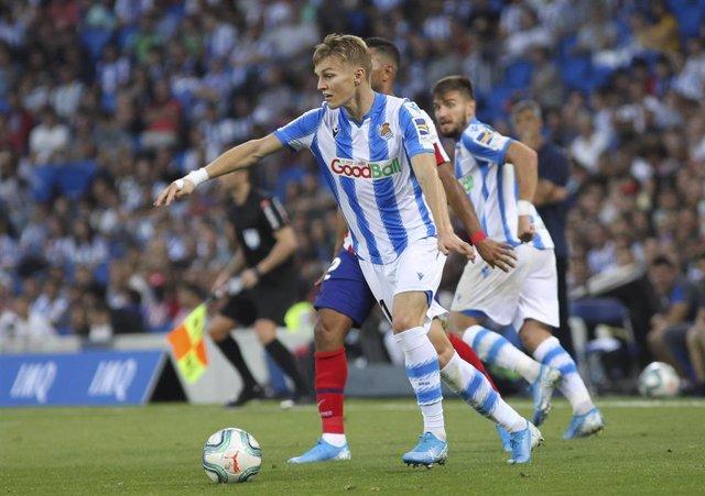 Martin Odegaard conduce la pelota en el Real Sociedad-Atlético de LaLiga Santander 2019-2020