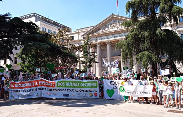 Manifestantes frente al Congreso este martes 23 de junio de 2020 para protestar contra la 'ley Celaá' y defender la educación especial.