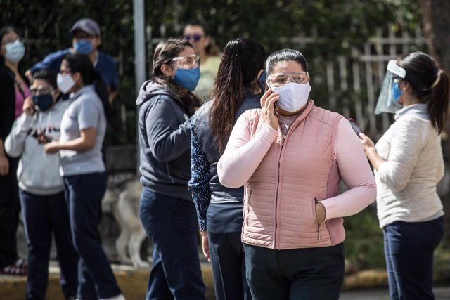 Una multitud se reúne en las calles del sur de México tras registrarse un seísmo.