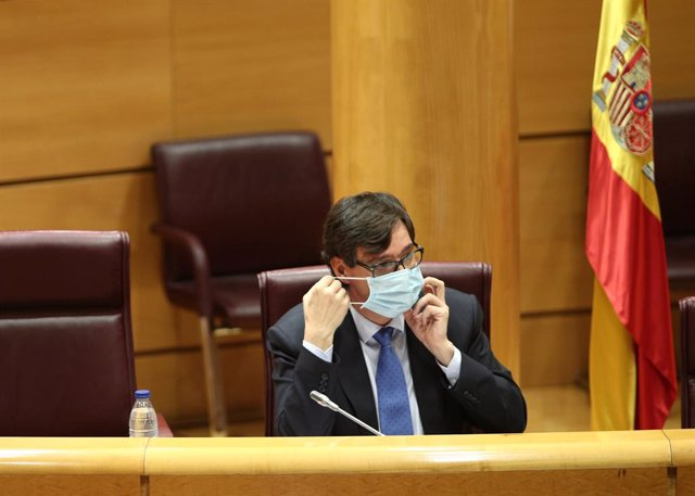 El ministre de Sanitat, Salvador Illa, es lleva la mascarilla moments abans de comparèixer en el Senat en Comissió de Sanitat i Consum, a Madrid (Espanya), a 23 de juny de 2020.