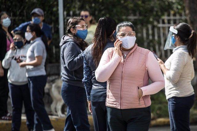 Una multitud es reuneix en els carrers del sud de Mèxic després de registrar-se un sisme.
