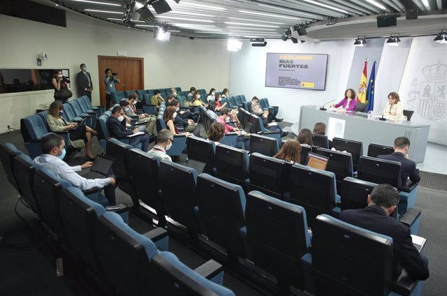 La ministra portavoz y de Hacienda, María Jesús Montero (i), y la vicepresidenta para la Transición Ecológica y el Reto Demográfico, Teresa Ribera (d), en rueda de prensa en Madrid (España), a 23 de junio de 2020.