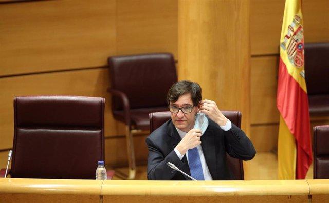 El ministro de Sanidad, Salvador Illa, se quita la mascarilla momentos antes de comparecer en el Senado en Comisión de Sanidad y Consumo, en Madrid (España), a 23 de junio de 2020.