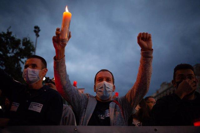 Los trabajadores de Nissan llevan a cabo una marcha nocturna por la ciudad de Barcelona – de la Vía Laietana a la Plaza de Catalunya- como protesta por el cierre por parte de la compañía de automóviles en Catalunya.