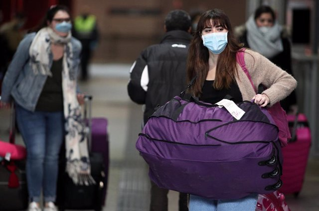 Imagen de recurso de varias personas con mascarillas por el coronavirus.