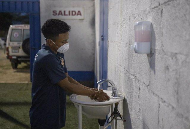 Futbolista de un club de Managua durante la pandemia de coronavirus en Nicaragua