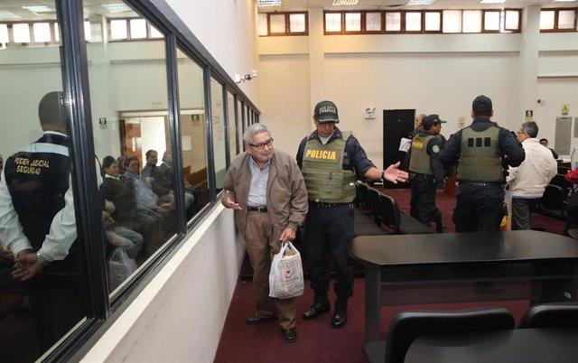 El líder del grupo terrorista Sendero Luminoso que aterró a la sociedad peruana durante las últimas décadas del pasado siglo, Abimael Guzmán, fue expulsado de una audiencia a la que asistió por su implicación en el caso Tarata