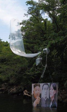 Uno de los globos con propaganda contraria al Gobierno de Corea del Norte y los Kim lanzada desde el sur por desertores norcoreanos.