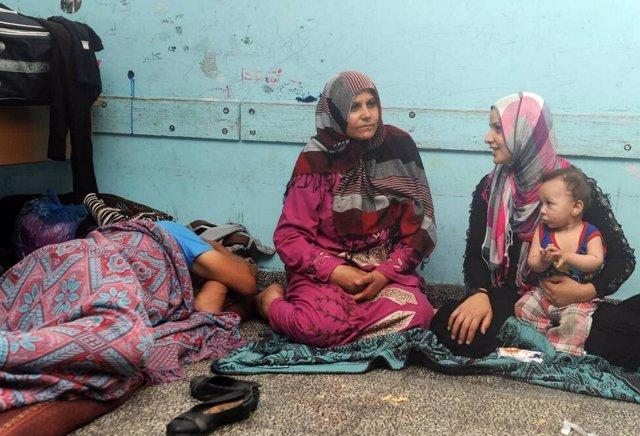 Refugiados palestinos en un local de la UNRWA en la Franja de Gaza