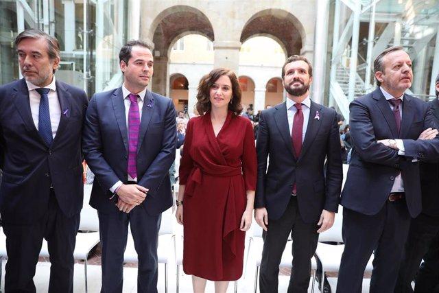 (I-D) El consejero de Justicia, Enrique López; el vicepresidente regional, Igancio Aguado; la presidenta de la Comunidad de Madrid, Isabel Díaz Ayuso; el presidente del PP, Pablo Casado; y el consejero de Políticas Sociales, Alberto Reyero.