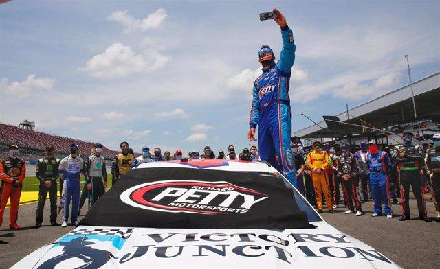 Bubba Wallace se hace un selfie con el resto de pilotos antes de una carrera de la NASCAR