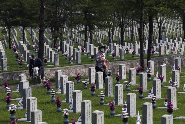 Familiares visitan en Seúl las tumbas en recuerdo de los caídos en la Guerra de Corea